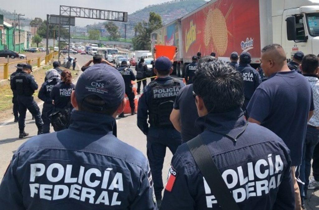 Policías federales bloquean carriles en Periférico Oriente; exigen pagos pendientes