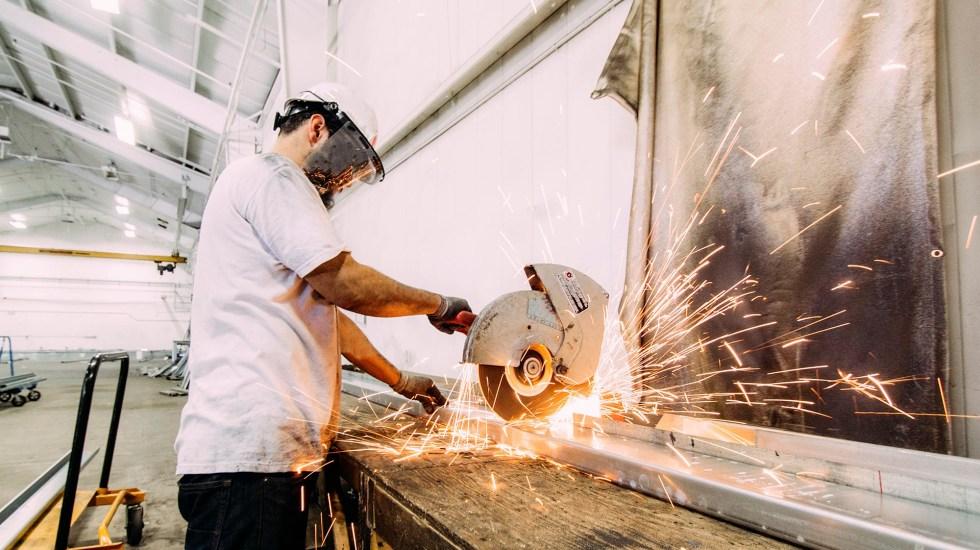 Cifra de trabajadores del sector manufacturero hila seis meses a la baja