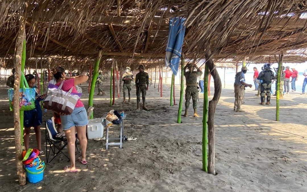Turistas son desalojados por Marinos de las playas de Acapulco