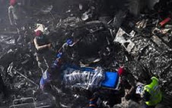 Un avión se estrella en Pakistán con 107 personas a bordo