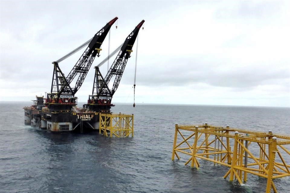 Petróleo cae por aumento del conflicto EU-China