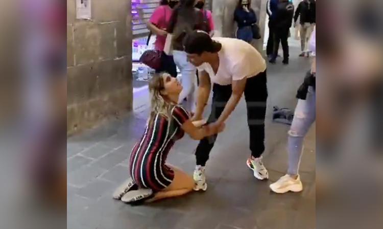 Chica suplica a su ex que vuelva con ella