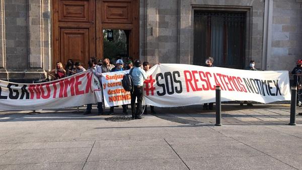 Huelguistas se manifiestan en Palacio Nacional por estancamiento de negociación